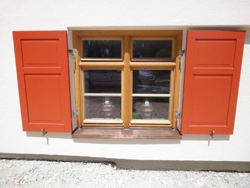 Fensterläden mit Füllungen abgeplattet