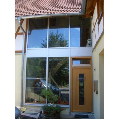 Holzhaustüre mit Oberlicht in Pfosten-Riegel-Fassade