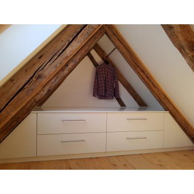 Schlafzimmer Einbauschrank in Dachspitz mit Schubladen und Türen 170 Grad öffnend; 100 cm tief.
