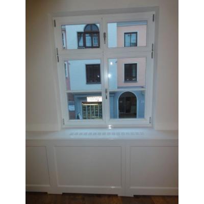 Wandtäfer und 4-flg. Retrofenster mit Sprossen