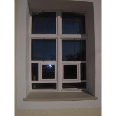 Historisches restauriertes Originalfenster mit Flügel im Flügel - Außenansicht